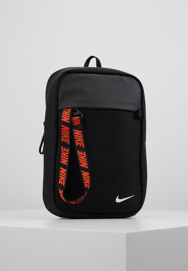 Nike Sportswear - NIKE SPORTSWEAR ESSENTIALS HÜFTTASCHE - Olkalaukku - black/white