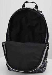 Nike Sportswear - Sac à dos - black/light smoke grey - 4