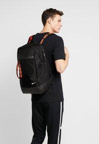 Nike Sportswear - ESSENTIALS - Reppu - black/white - 1