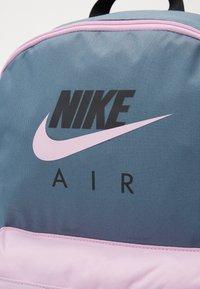 Nike Sportswear - NIKE AIR HERITAGE - Rucksack - ozone blue/light arctic pink - 3