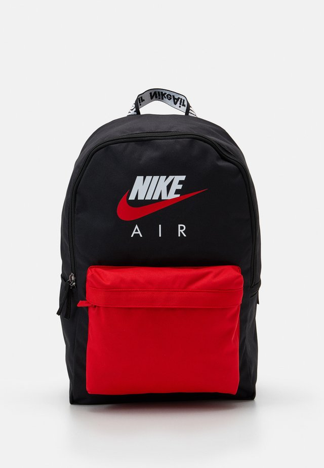 NIKE AIR HERITAGE - Reppu - black/university red