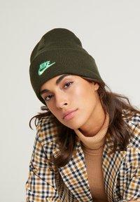 Nike Sportswear - CUFFED BEANIE UTILITY - Gorro - sequoia - 3