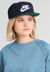 Nike Sportswear - FUTURA PRO - Keps - obsidian/pine green/black/white - 6