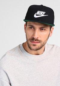 Nike Sportswear - FUTURA PRO - Cap - black/pine green/black/white - 1