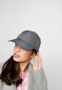 Nike Sportswear - Lippalakki - dark grey/silver - 4