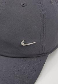 Nike Sportswear - Lippalakki - dark grey/silver - 6