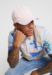 Nike Sportswear - CAP WASH BLOCK - Cappellino - bleached coral - 1