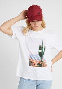 Nike Sportswear - FUTUR  - Czapka z daszkiem - team red/white - 4