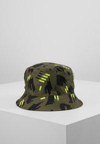 Nike Sportswear - BUCKET FESTIVAL - Klobouk - medium olive/bright crimson - 2