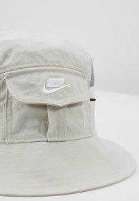Nike Sportswear - BUCKET CAP  - Hoed - light bone - 6