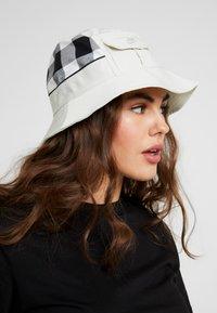 Nike Sportswear - BUCKET CAP  - Hoed - light bone - 4