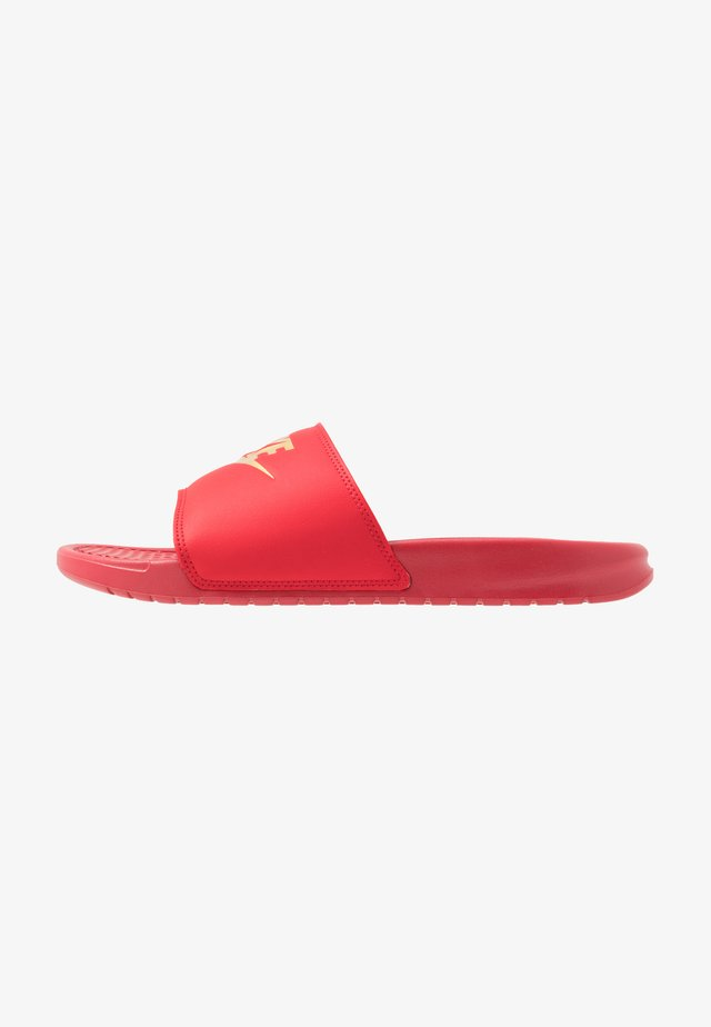 BENASSI JDI - Chanclas de baño - university red/metallic gold