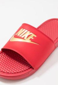 Nike Sportswear - BENASSI JDI - Sandales de bain - university red/metallic gold - 5