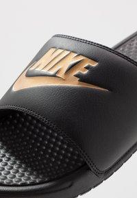 Nike Sportswear - BENASSI JDI - Badesandale - black/metallic gold - 5