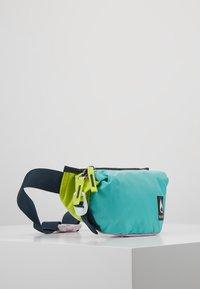 Nixon - TRESTLES HIP PACK - Riñonera - turquoise/pink - 3