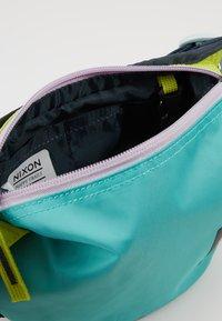 Nixon - TRESTLES HIP PACK - Riñonera - turquoise/pink - 4