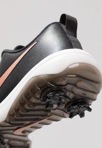 Nike Golf - ROSHE G TOUR - Scarpe da golf - black/metallic red bronze/summit white - 5