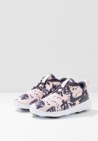Nike Golf - ROSHE - Zapatos de golf - echo pink/gridiron/white - 2