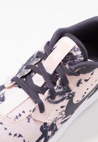 Nike Golf - ROSHE - Zapatos de golf - echo pink/gridiron/white - 5