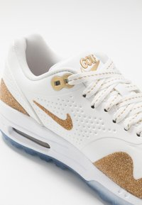 Nike Golf - AIR MAX 1 G NRG - Golfschuh - summit white/metallic gold/white - 5