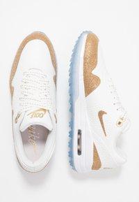 Nike Golf - AIR MAX 1 G NRG - Golfschuh - summit white/metallic gold/white - 1