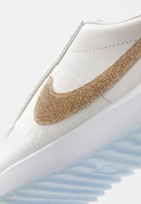 Nike Golf - CORTEZ G NRG - Zapatos de golf - summit white/metallic gold/white - 5