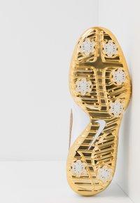 Nike Golf - NIKE ROSHE WITH SWAROVSKI® CRYSTALS DAMEN-GOLFSCHUH - Golfové boty - summit white/metallic gold/white - 4