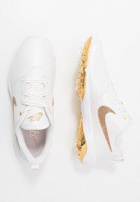Nike Golf - NIKE ROSHE WITH SWAROVSKI® CRYSTALS DAMEN-GOLFSCHUH - Golfové boty - summit white/metallic gold/white - 1
