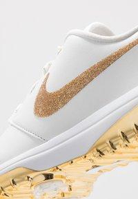 Nike Golf - NIKE ROSHE WITH SWAROVSKI® CRYSTALS DAMEN-GOLFSCHUH - Golfové boty - summit white/metallic gold/white - 5