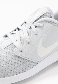 Nike Golf - ROSHE - Golfové boty - pure platinum/metallic white/white - 5