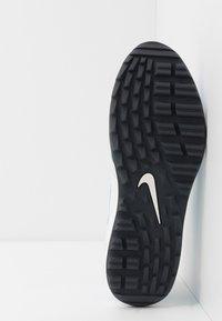 Nike Golf - AIR MAX 1 G - Golfové boty - summit white/university blue/anthracite - 4
