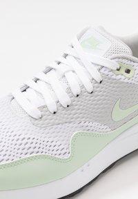 Nike Golf - AIR MAX 1 G - Golfsko - white/jade aura/neutral grey/black - 5