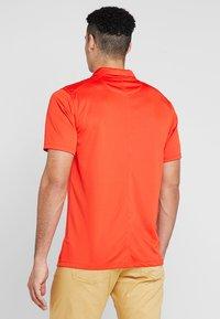 Nike Golf - DRY ESSENTIAL SOLID - Funktionströja - habanero red - 2