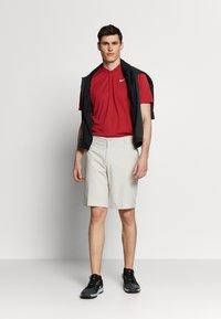 Nike Golf - DRY VICTORY - Funktionstrøjer - sierra red/white - 1