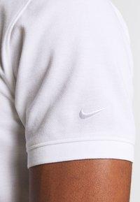 Nike Golf - CHARMS  - Polotričko - white/obsidian/neptune green - 5