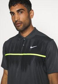 Nike Golf - DRY VAPOR - Funkční triko - smoke grey/black/lemon/white - 4