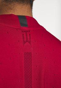 Nike Golf - DRY POLO MOCK AIR - Triko spotiskem - gym red/black/white - 5