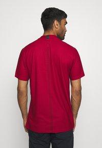 Nike Golf - DRY POLO MOCK AIR - Triko spotiskem - gym red/black/white - 2