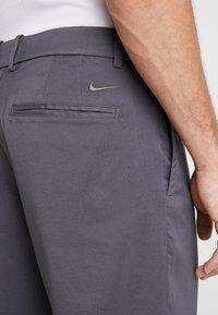 Nike Golf - FLEX PANT CORE - Pantalon classique - dark grey - 3