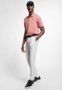 Nike Golf - NIKE FLEX HERREN-GOLFHOSE IN SCHMALER PASSFORM - Pantalones - light bone - 1