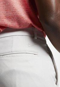 Nike Golf - NIKE FLEX HERREN-GOLFHOSE IN SCHMALER PASSFORM - Pantalones - light bone - 3