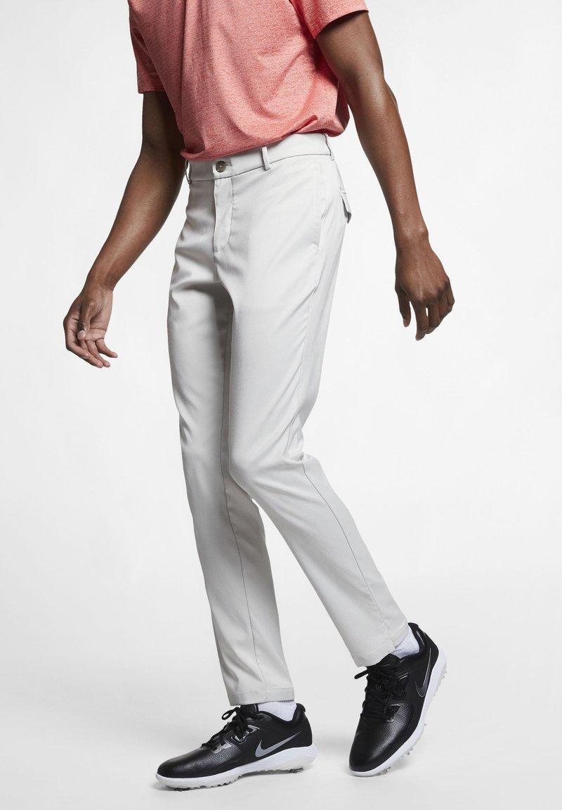 Nike Golf - NIKE FLEX HERREN-GOLFHOSE IN SCHMALER PASSFORM - Pantalones - light bone