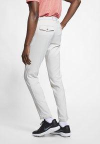Nike Golf - NIKE FLEX HERREN-GOLFHOSE IN SCHMALER PASSFORM - Pantalones - light bone - 2