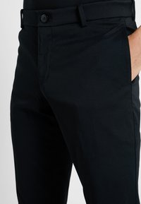 Nike Golf - NIKE FLEX HERREN-GOLFHOSE IN SCHMALER PASSFORM - Bukser - black - 5