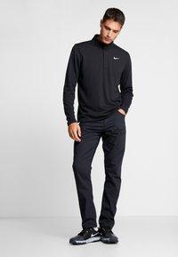 Nike Golf - NIKE DRI-FIT VICTORY HERREN-GOLFOBERTEIL MIT HALBREISSVERSCHLUSS - Funktionstrøjer - black/black/white - 1