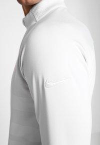 Nike Golf - NIKE DRI-FIT VAPOR HERREN-GOLFOBERTEIL MIT HALBREISSVERSCHLUSS - T-shirt de sport - white/sky grey - 5