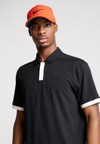 Nike Golf - AROBILL - Pet - habanero red/anthracite/black - 1