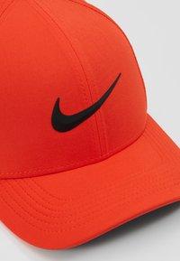 Nike Golf - AROBILL - Pet - habanero red/anthracite/black - 5