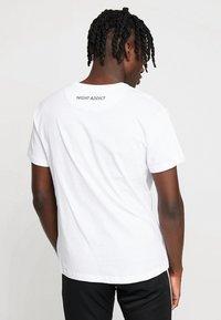 Night Addict - NOTIC - T-shirt print - optic white - 2