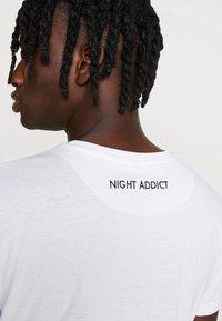 Night Addict - NOTIC - T-shirt print - optic white - 5
